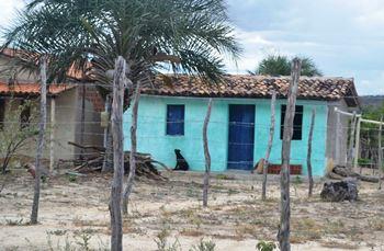 O que se observa na foto é uma casa antiga vulnerável e a construção de uma nova com estrutura mais segura.