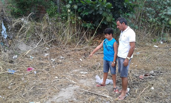 Garoto mostra ao pai (Ze Maria) o local onde o bebê foi abandonado