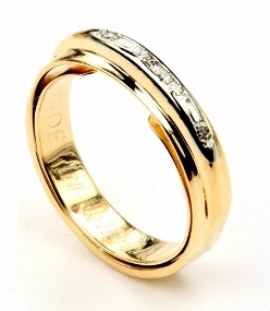 Butterfly Spring Keeps Wedding Band From Spinning