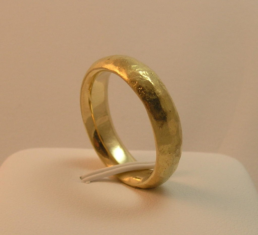 Hammered 18kt yellow gold wedding band