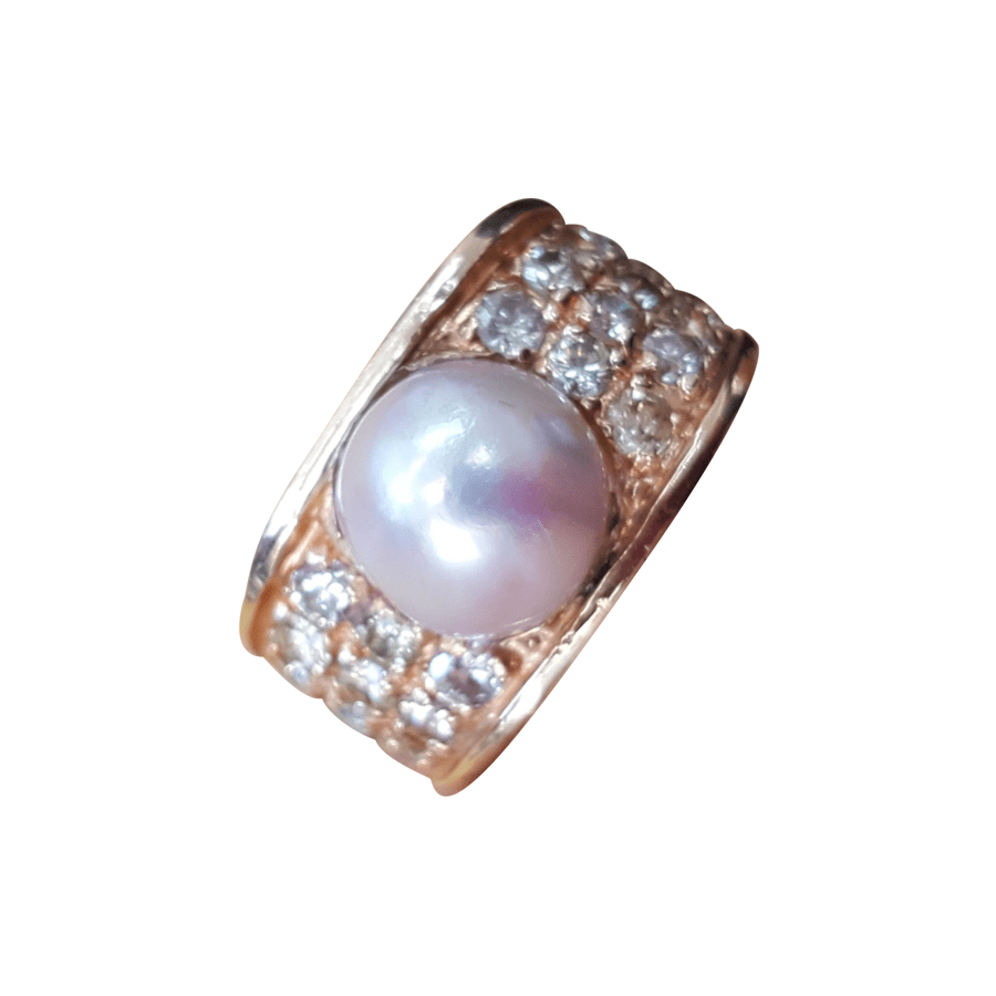 Pearl ring with shoulders