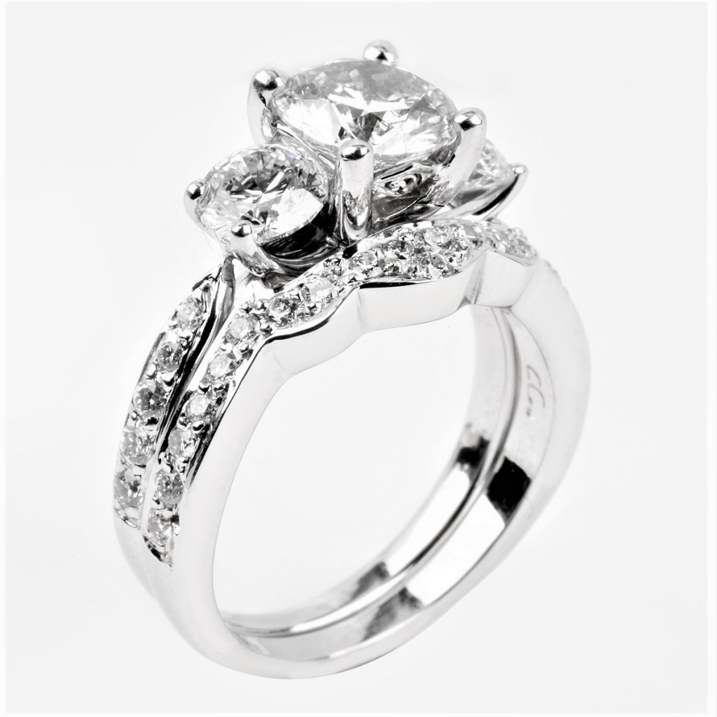 Contoured wedding set with three main diamonds