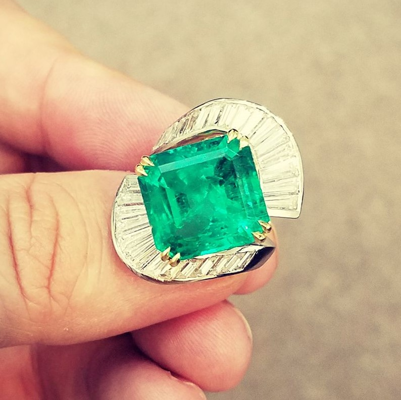 Baguette diamonds in a curve around an emerald