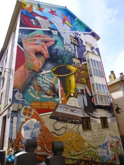 Mural Eskuz-Esku Calle Zapatería - Ruta murales Vitoria-Gasteiz