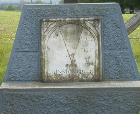 """Sur la plaque de marbre est indiqué : """"Je suis la Voie la Vérité la Vie Mission 1948""""."""
