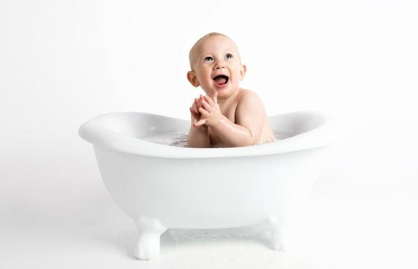 Kąpiemy malucha, czyli jaką wanienkę dla niemowlaka wybrać?