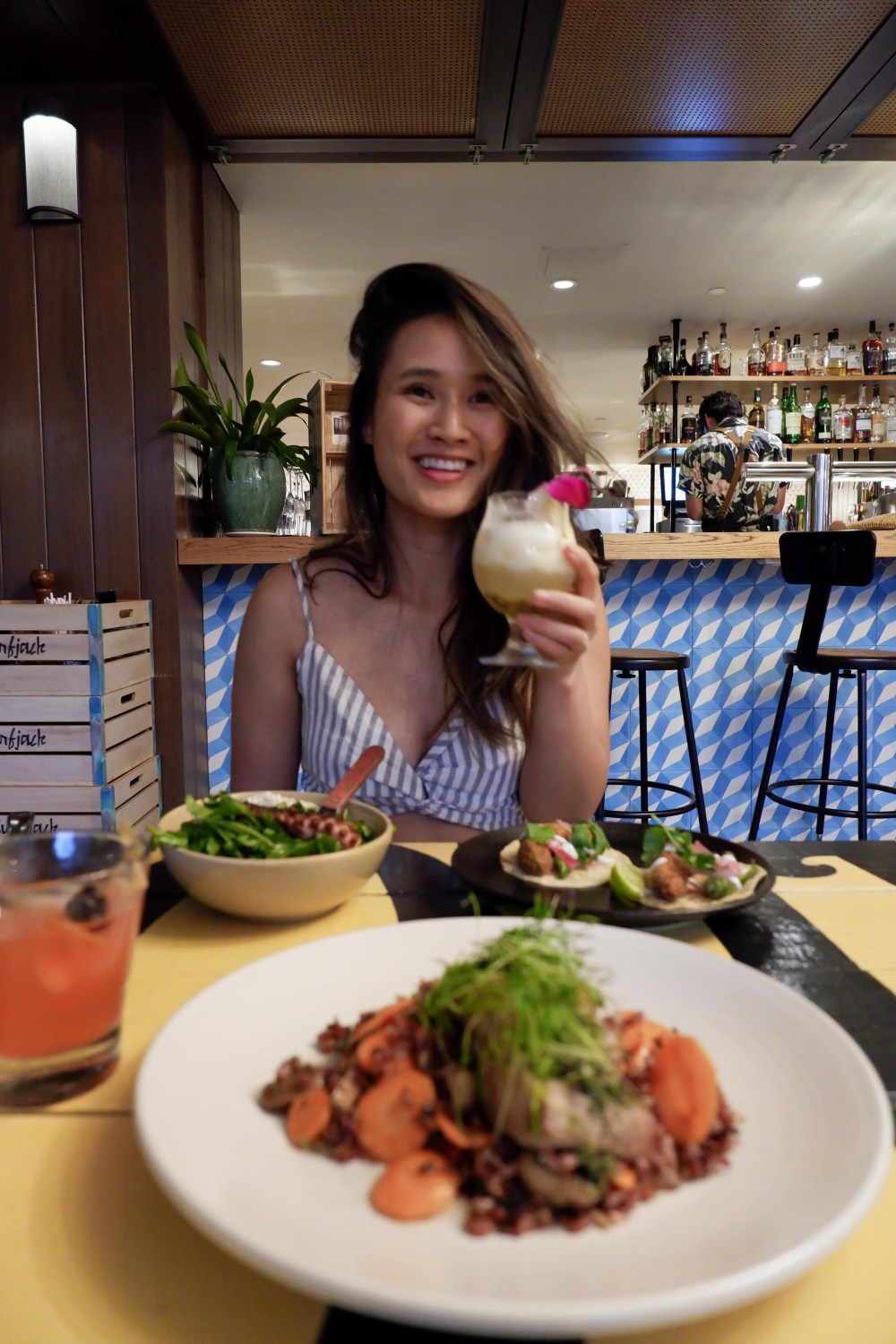 Places to Stay and eat in Oahu, Hawaii: The Surfjack Hotel - Mahina & Sun's seafood restaurant #camandtay #camlee
