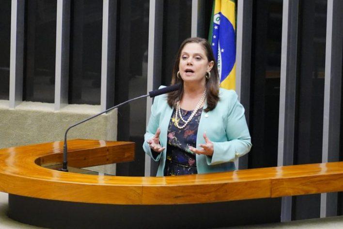 deputada Soraya Santos discursa na tribuna