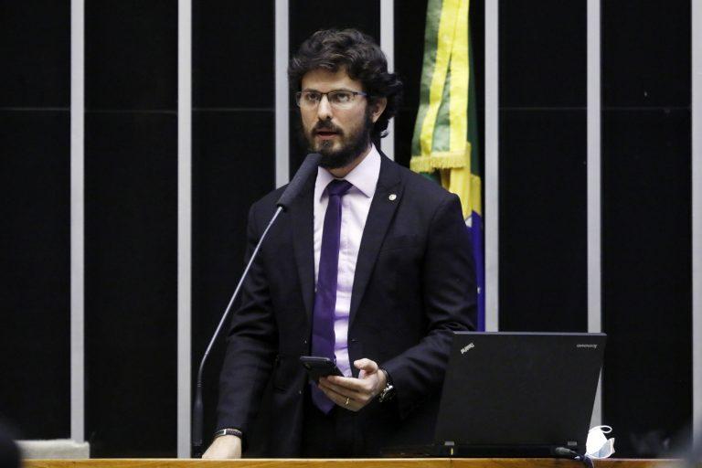 Deputado Marcelo Aro discursa no Plenário da Câmara. Ele tem barba e bigode e usa um terno escuro