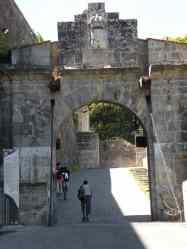 Larrasoana - Cizur Minor 26 Pamplona 01 gate