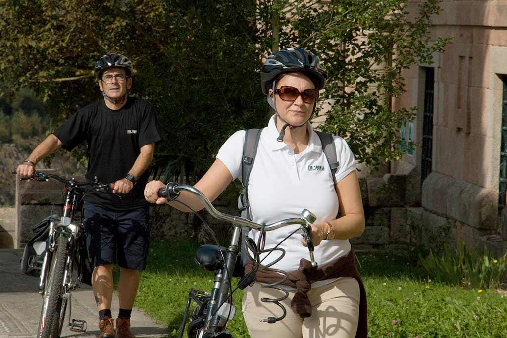 pareja de cicloturistas