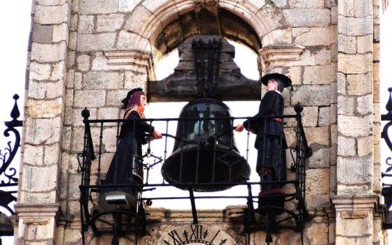 Figuras de Juan Zancuda y Colasa en el Ayuntamiento de Astorga