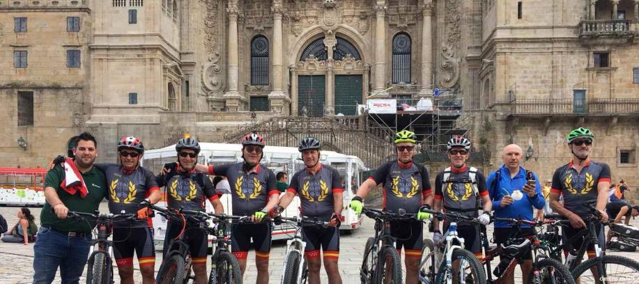 Grupo en bicicleta a su llegada a la Catedral de Santiago