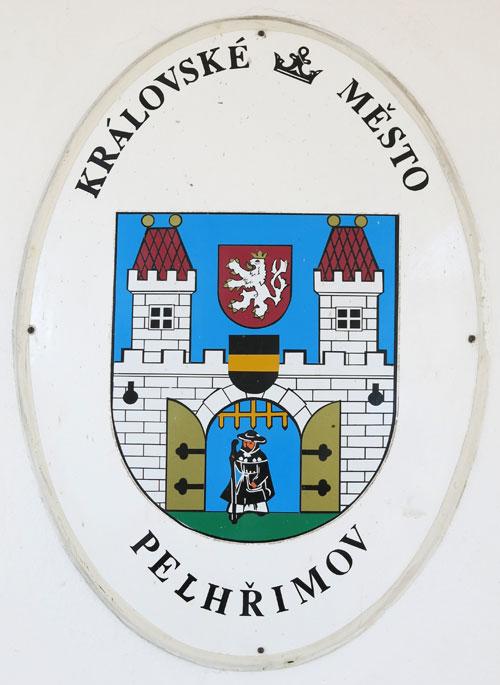 Das Stadtwappen von Pelhrimov mit Pilger