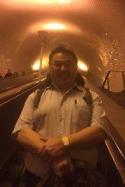 Ole på vej op til jordoverfladen i Lissabon fra metroen - han vendte sig om?