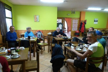 Dag 9 - samlet i cafe pga heftig regn - på vej til Azofra
