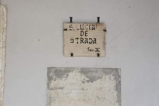 Un piccolo riquadro di vecchio intonaco è stato preservato per conservare le scritte che i pastori lasciavano sulle pareti durante la transumanza.