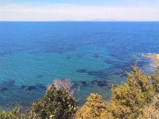 All'orizzonte l'isola d'Elba