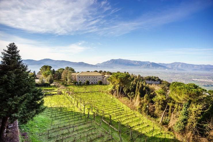 Ausblick auf die Gärten der Abtei Montecassino in Italien.