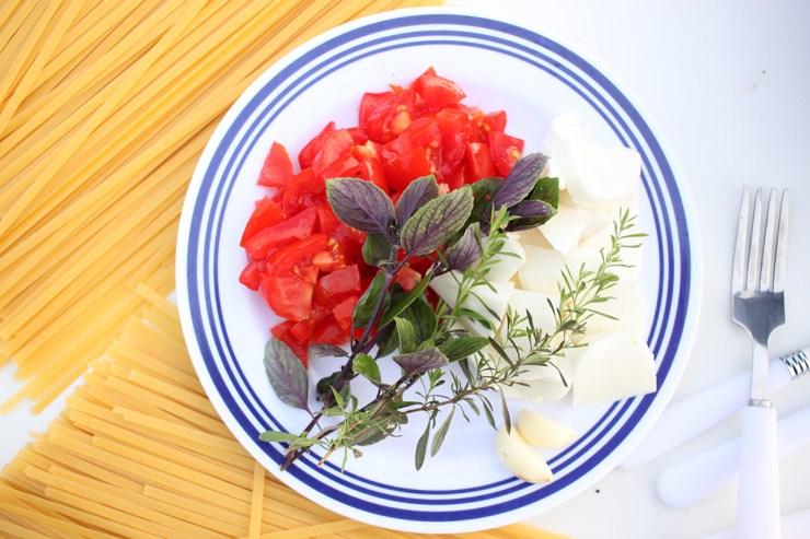 Für die One-Pot-Pasta das Gemüse sowie den Mozzarella schneiden.