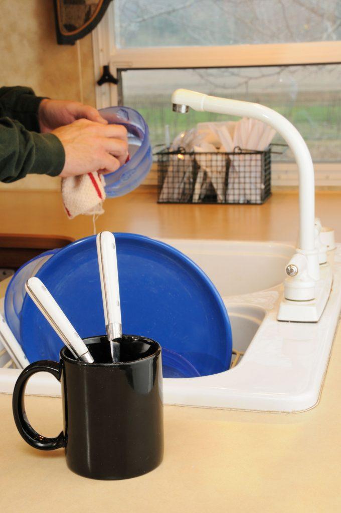 Der Abwasch wird mit wiederverwendbaren Lappen gemacht.