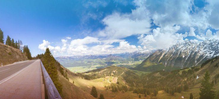 Ein Abschnitt der Deutschen Alpenstraße mit weitem Ausblick über die Berge.