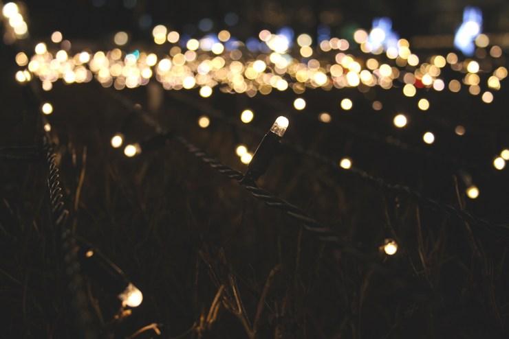 Leuchtende Lichterketten im Dunkeln.