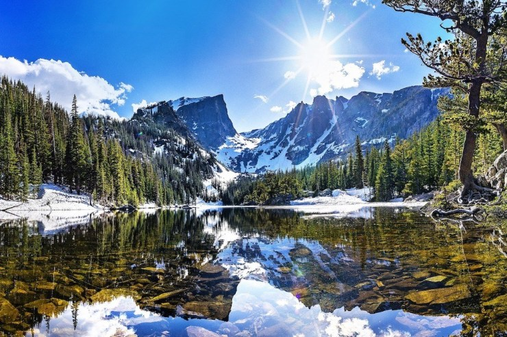 Der Bear Lake bei Sonnenschein und mit schneebedeckten Bergen im Hintergrund.