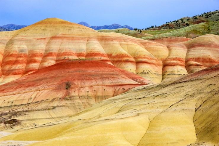 Bunt gestreifte Felshügel der Painted Hills.