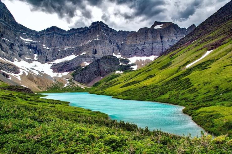 Der türkisfarbene Cracker Lake mit umgebener Landschaft.