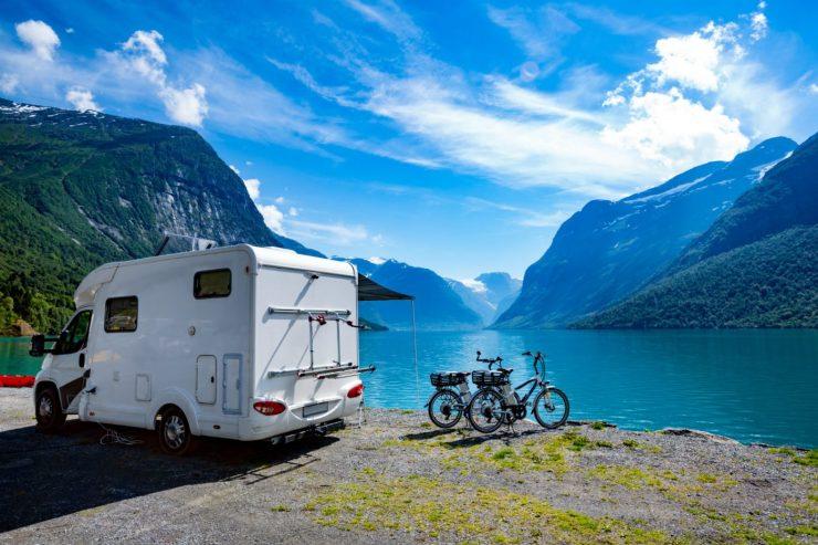 Wohnmobil vor einem See und bergiger Kulisse