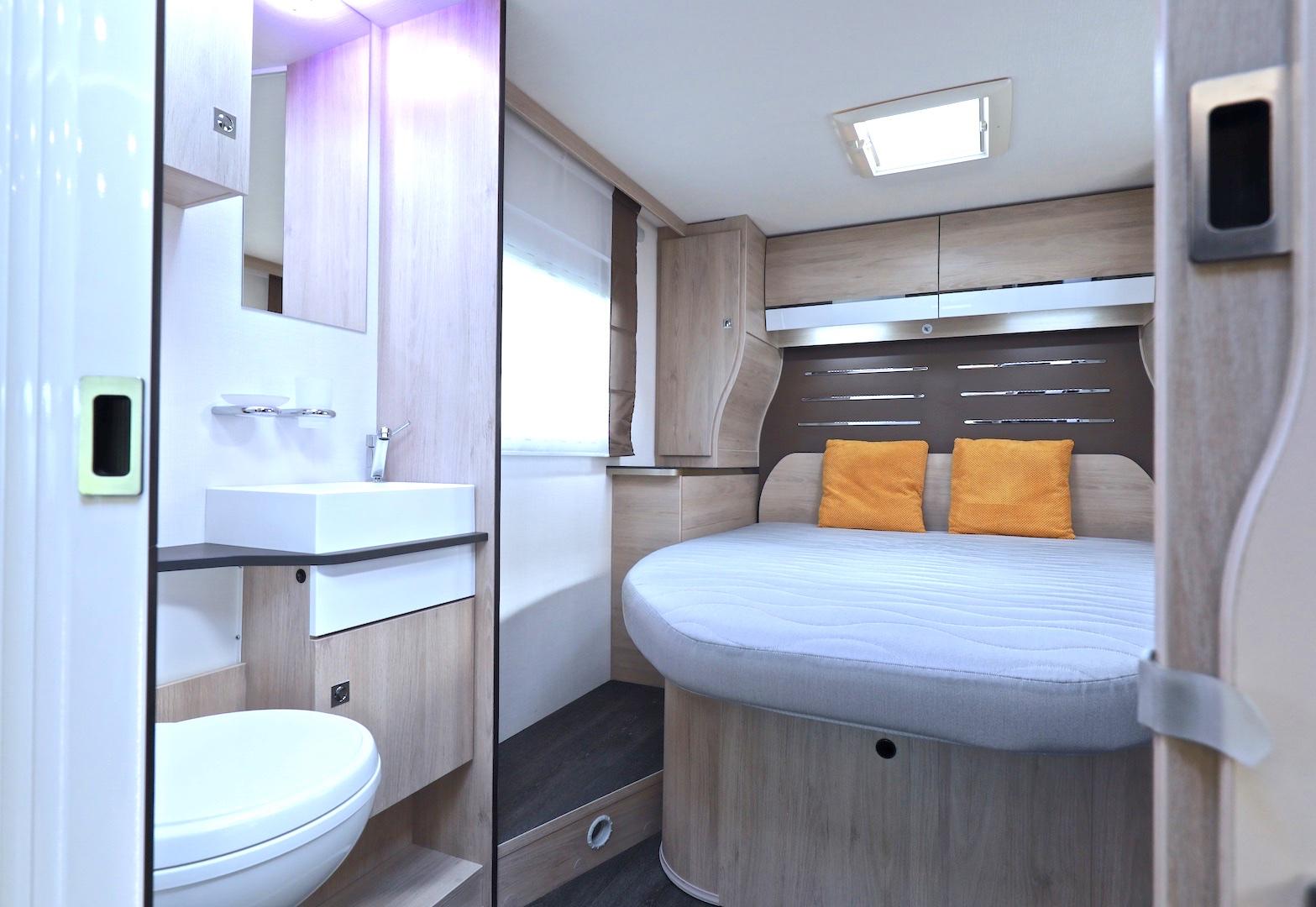 campers te koop Challenger 398 XLB Campers-Noord queensbed