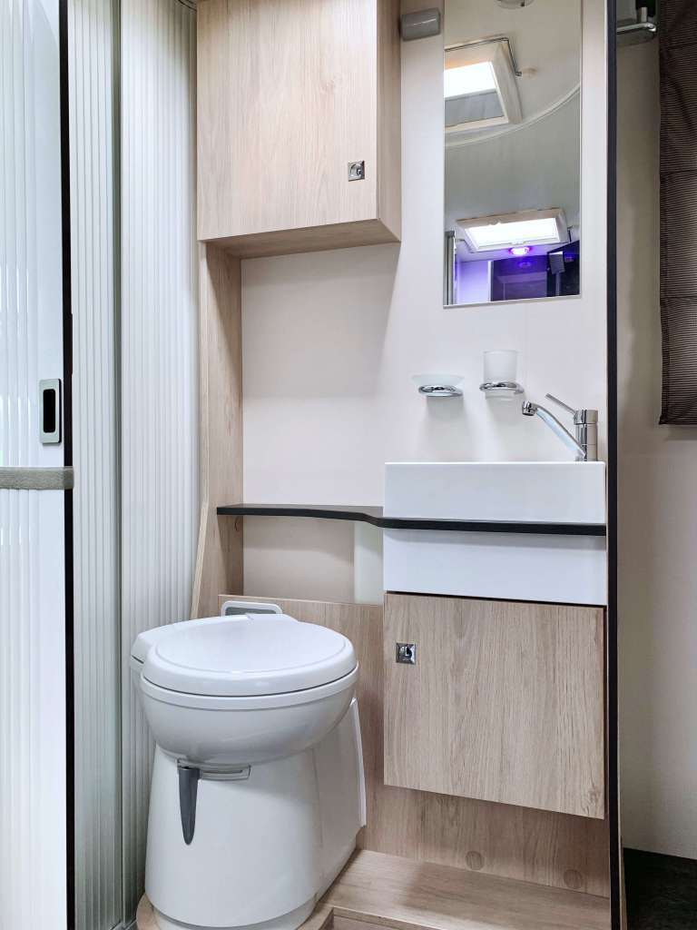 Challenger 398 2018 Campers Noord badkamer