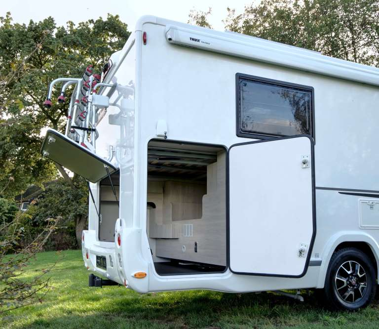 Challenger 398 XLB Campers Noord garage