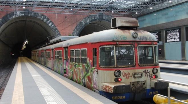 Napoli, due viaggiatori aggrediscono il capotreno e il servizio viene sospeso