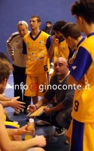 Coach Mauro Serpico durante un time out