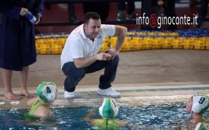 Il tecnico Fabrizio Rossi che parla con le sue atlete