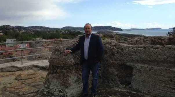Il tecnico del Napoli, Rafa Benitez, fa visita agli scavi di Cuma e al lago d'Averno