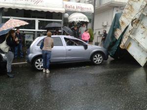 Il cassone del camion e una delle auto danneggiate