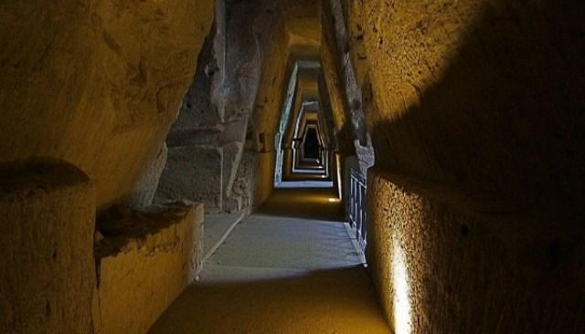 Bagnanti in visita ai siti archeologici
