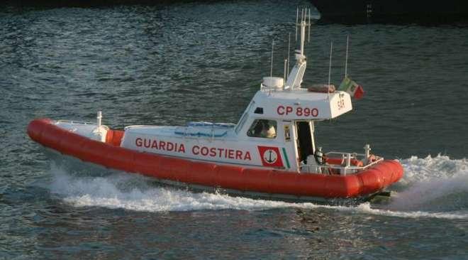 Barca e gommone in difficoltà portati in salvo dalla Capitaneria di Pozzuoli