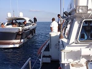 I militari della Guardia Costiera mentre controllano un'imbarcazione