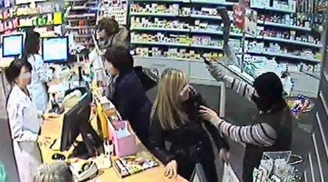 Coniugi con neonata rapinano farmacia a Quarto, arrestati.