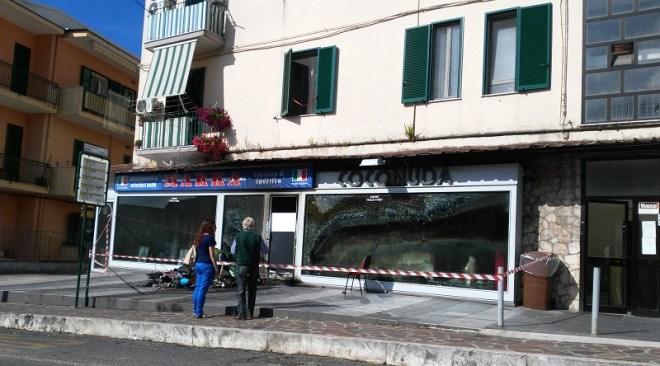 Arco Felice, negozio in fiamme