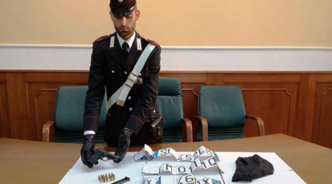 Due uomini arrestati in possesso di armi e passamontagna