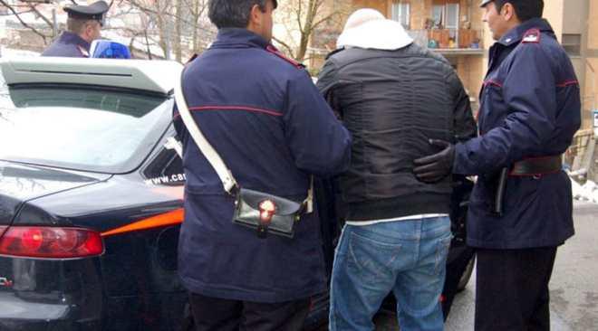 Monte di Procida, minaccia e picchia la madre per estorcerle soldi: arrestato