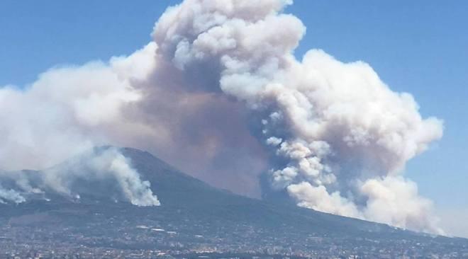 Vesuvio, incendi minano il grande vulcano e i comuni alle pendici
