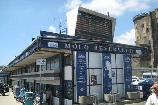 Molo Beverello, turista tedesca ubriaca si denuda e morde medico del 118