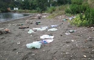 Discarica di rifiuti nella rada di Miseno dopo i falo' di Ferragosto, la rabbia dei residenti