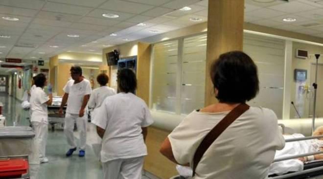 Napoli, infermiera aggredita da un neo-papà che voleva dormire sul letto della moglie partoriente